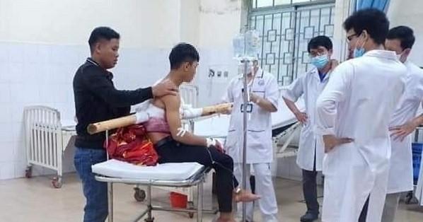 Nam thanh niên bị một đoạn cây keo đâm xuyên ngực