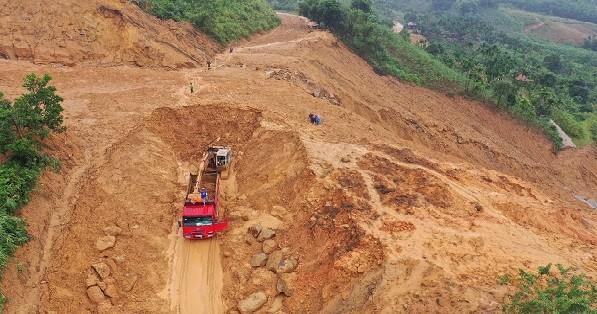 Mưa lớn kéo dài, đồi núi tiếp tục sạt lở, chia cắt nhiều tuyến đường ở Quảng Ngãi