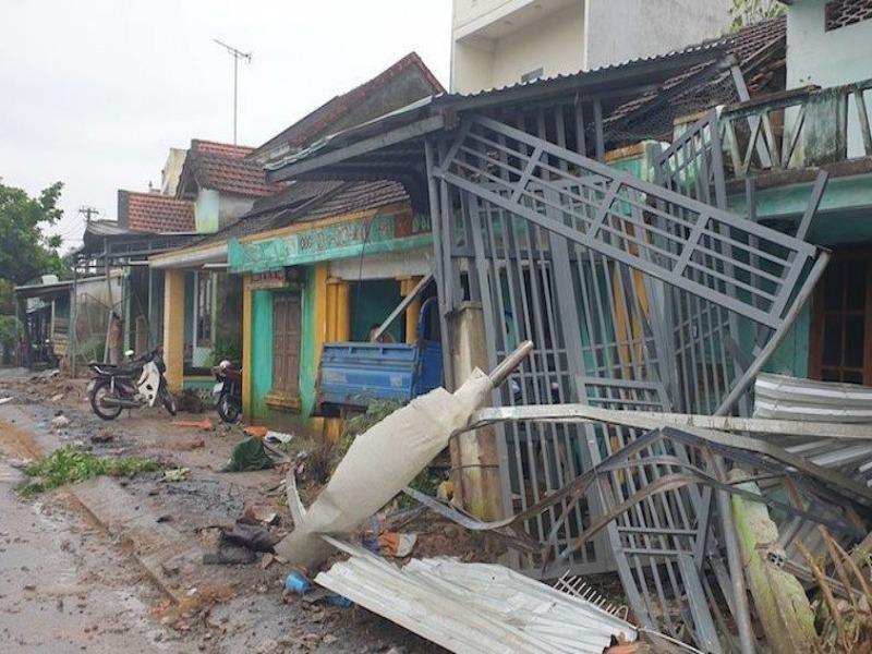 Container nổ lốp tông liên tiếp 7 nhà dân lúc rạng sáng