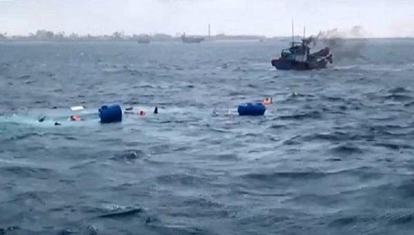Quảng Ngãi: Chìm tàu chở hàng khi ra đảo, 5 người may mắn thoát chết