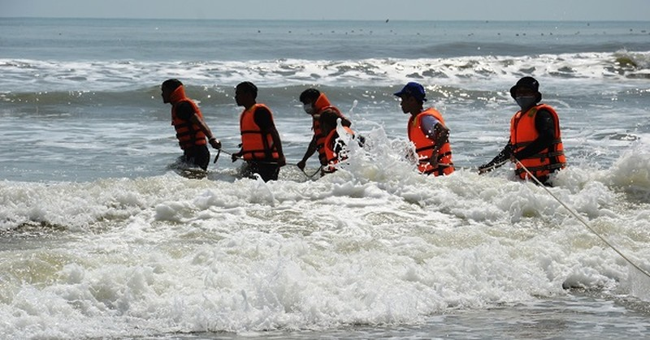 Lực lượng chức năng tổ chức tìm kiếm người mất tích tại biển Mỹ Khê xã Tịnh Khê, thành phố Quảng Ngãi