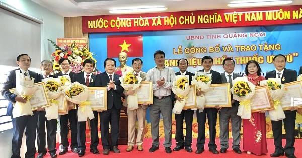 11 Thầy thuốc được phong tặng danh hiệu Thầy thuốc ưu tú.