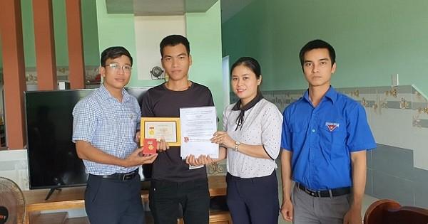 Thanh niên cứu sống 3 em học sinh đuối nước được trao huy hiệu Tuổi trẻ dũng cảm