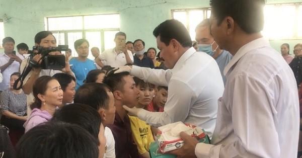 Đoàn khám bệnh của ông Võ Hoàng Yên thăm khám, chữa trị cho 776 người dân ở huyện Bình Sơn tỉnh Quảng Ngãi.
