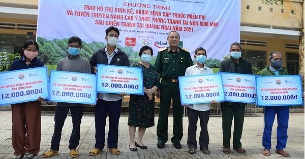 Hỗ trợ sinh kế cho 20 nạn nhân bị tai nạn bom mìn.