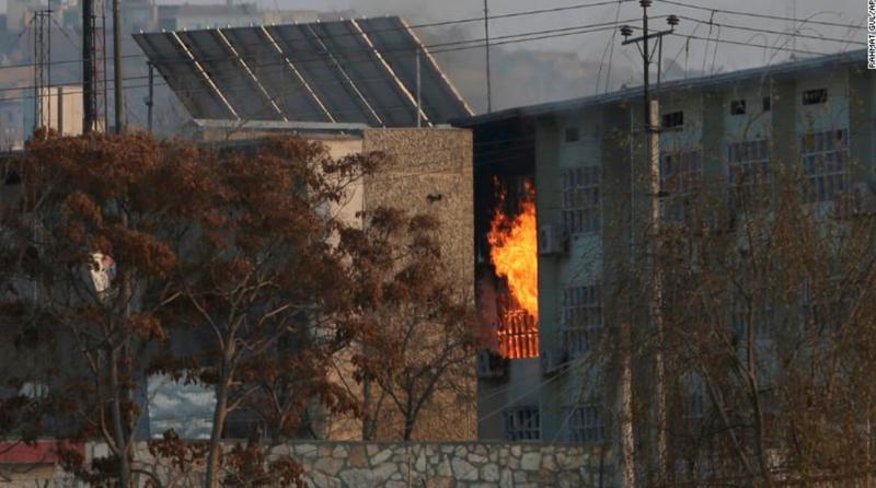Lửa bốc lên từ vụ đánh bom bằng xe hơi tại toà nhà chính phủ ở Kabul, Afghanistan ngày 24/12