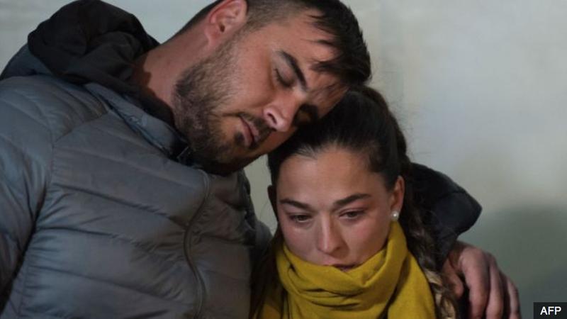 Thủ tướng Tây Ban Nha và hàng trăm người viếng cậu bé 2 tuổi ngã xuống giếng