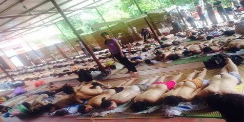 """Hình ảnh hàng trăm người lột quần áo nằm chờ bà Phú """"chữa bệnh"""" được chia sẻ trên mạng."""