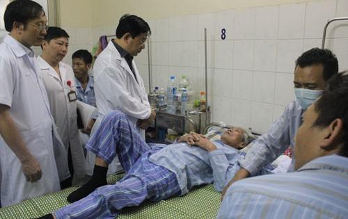 Cục trưởng Quản lý khám chữa bệnh Lương Ngọc Khuê (áo trắng, thứ 3 từ trái sang) thăm bệnh nhân tại Bệnh viện Bệnh Nhiệt đới Trung ương. Ảnh: Internet