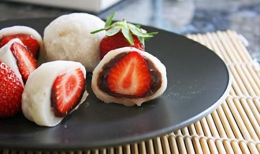 Cách làm món mochi nhân dâu tây lạ miệng