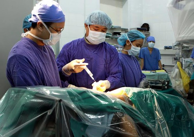 Kết quả hình ảnh cho Lần đầu tiên phẫu thuật thành công nội soi cột sống cổ tại Việt NAM