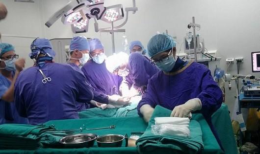 Lần đầu tiên phẫu thuật thành công nội soi cột sống cổ tại Việt Nam