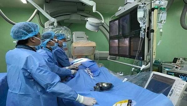 Các bác sĩ xuyên đêm cấp cứu, can thiệp đặt stent cứu sống bệnh nhân
