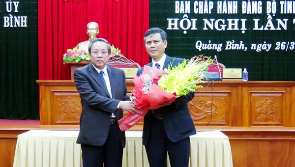 Bí thư Tỉnh ủy Quảng Bình  Hoàng Đăng Quang (trái) tặng hoa chúc mừng tân Phó Bí thư Thường trực Tỉnh ủy.