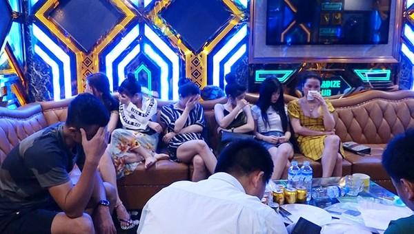 Hàng loạt đối tượng dương tính với ma tuý tại cơ sở karaoke Thiên Đường II (TP Đồng Hới)