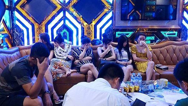 Hàng loạt đối tượng dương tính với ma tuý tại cơ sở karaoke Thiên Đường II (TP Đồng Hới) khi lực lượng chức năng tiến hành kiểm tra