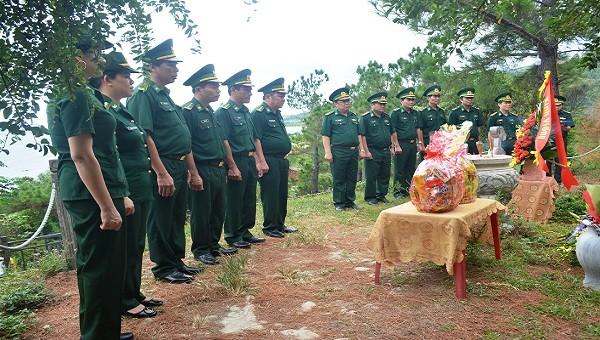 Các cán bộ, chiến sĩ Bộ đội Biên Phòng tỉnh Quảng Bình kính cẩn đặt vòng hoa, dâng hương mộ Đại tướng Võ Nguyên Giáp