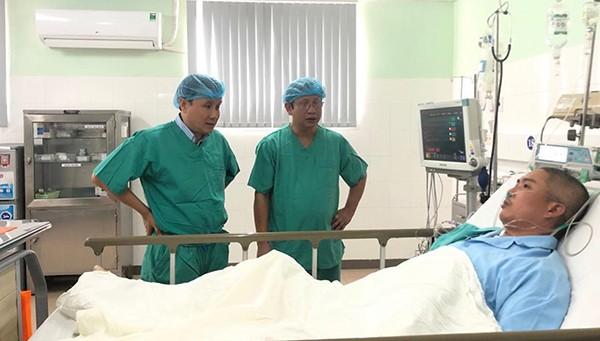 GS.TS Phạm Như Hiệp - Giám đốc Bệnh viện Trung ương Huế (bên trái) cùng bác sĩ đến thăm bệnh nhân sau ca ghép tim.