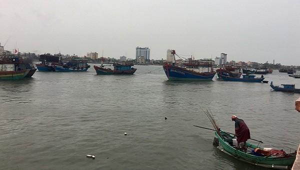 Tàu cá của ngư dân Quảng Bình ở cửa biển Nhật Lệ đang di chuyển sâu vào nơi trú ẩn an toàn tránh bão