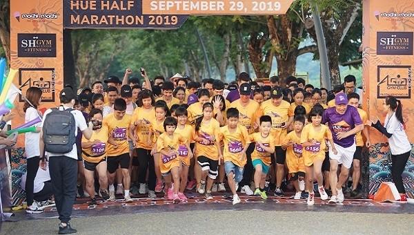 Giải Half Marathon 2019 thu hút gần 1000 VĐV ở mọi lứa tuổi tham gia, tạo nên một không khí hết sức sôi động