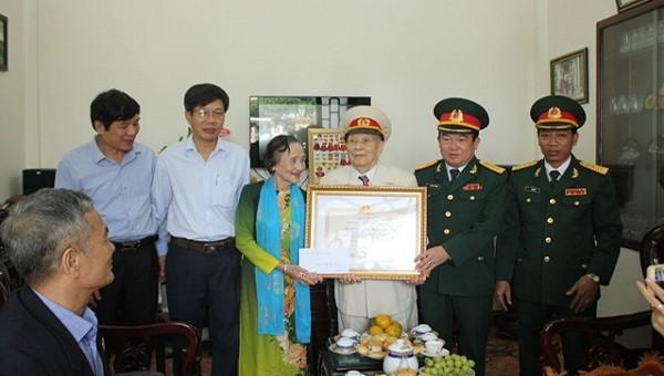 Tại nhà riêng, Đại tá Phan Gia Thuận, phó Bí thư Đảng ủy, Chính ủy Bộ chỉ huy quân sự tỉnh chúc mừng Trung tá Lâm Quang Hà  được trao tặng phần thưởng cao quý của Đảng và Nhà nước.