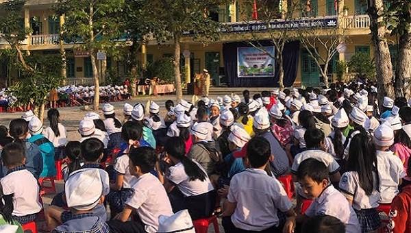 Gần 1.000 học sinh và giáo viên trên địa bàn huyện Phong Điền tại buổi tuyên truyền pháp luật.
