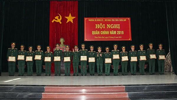 Bộ chỉ huy quân sự tỉnh Thừa Thiên Huế trao thưởng cho các tập thể.