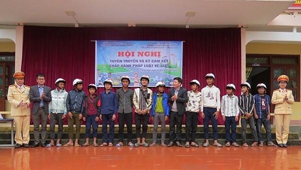 Báo PLVN và Phòng CSGT Quảng Bình tặng mũ bảo hiểm cho học sinh vùng biên
