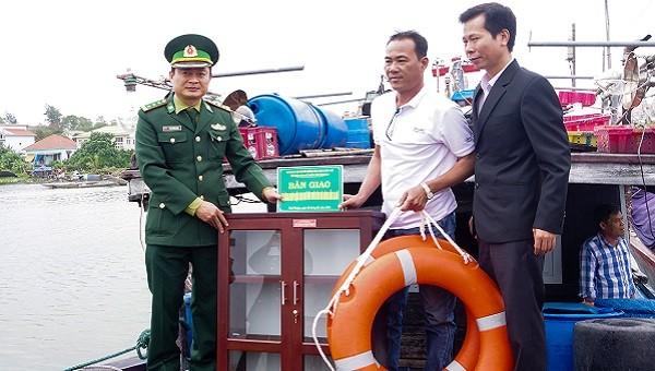 Trao tủ sách pháp luật cho ngư dân vùng biển Phú Vang