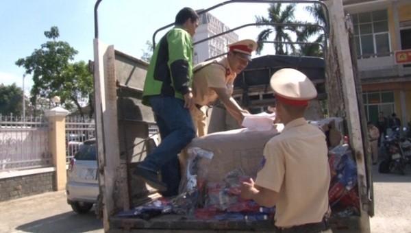 Bên trong 4 bao tải chứa 414 khẩu súng và xe đồ chơi trẻ em nguy hiểm, mang tính bạo lực, thuộc danh mục hàng cấm.