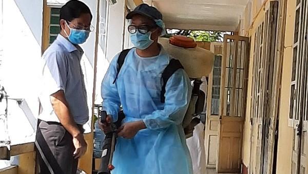 Phun thuốc khử trùng tại trường Tiểu học Quang Trung (TP. Huế, Thừa Thiên Huế).