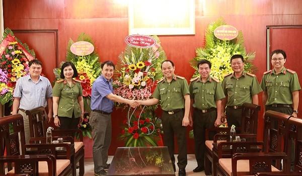 Đại tá Nguyễn Quốc Đoàn tặng hoa chúc mừng lãnh đạo Bệnh viện trung ương Huế.