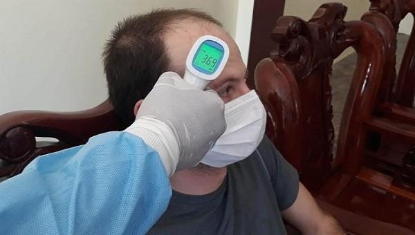 Kiểm tra thân nhiệt độ cho chuyên gia người Anh.