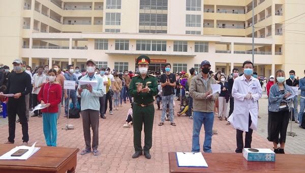 Ban chỉ đạo phòng chống covid-19 tỉnh trao giấy chứng nhận hoàn thành thời gian cách ly cho các công dân.