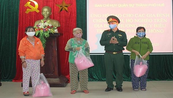 Lãnh đạo Ban chỉ huy quân sự Thành phố Huế trao tặng quà cho bà con nhân dân.
