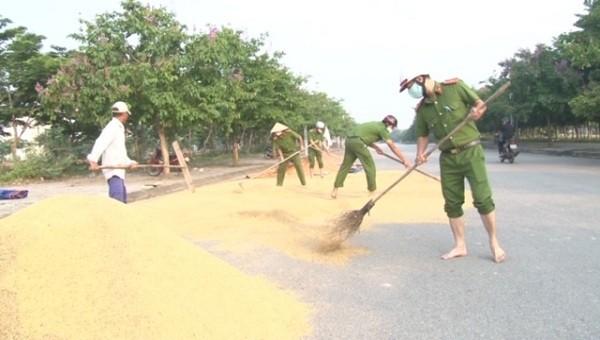 Công an thành phố Huế giúp dân có điểm phơi lúa an toàn