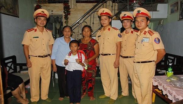 Em Dương Văn Huy được Đoàn Thanh niên Phòng CSGT nhận đỡ đầu.