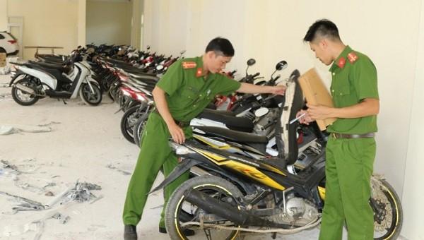Tạm giữ 60 xe máy 'lậu' được thuê vận chuyển vào miền Nam