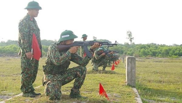 Các chiến sĩ thực hiện động tác quỳ bắn