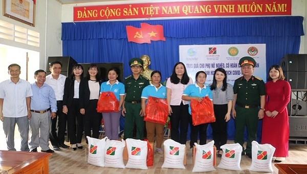 Bệnh viện Quân y 268  tặng 100 suất quà cho người nghèo Thừa Thiên Huế