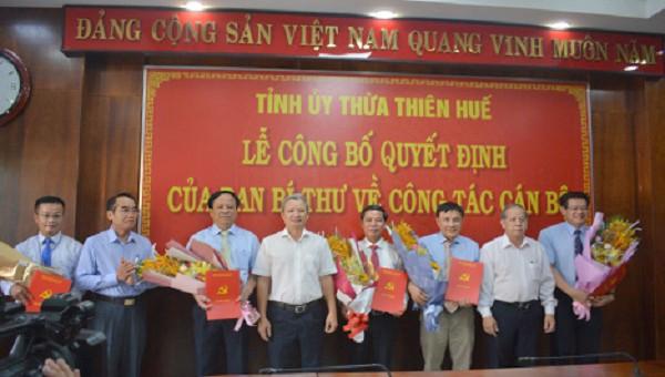 Lãnh đạo tỉnh Thừa Thiên Huế tặng hoa chúc mừng 5 cá nhân nhận quyết định.