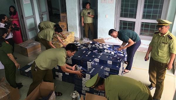 Lực lượng chức năng tiến hành lập biên bản số thuốc lá 'lậu'.
