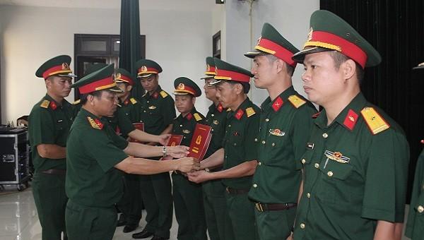 Thừa Thiên Huế: Trao quân hàm, nâng lương cho 79 sĩ quan