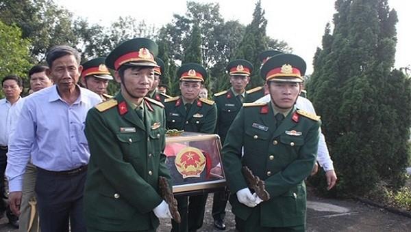 Bộ chỉ huy quân sự tỉnh Thừa Thiên Huế đã tổ chức Lễ truy điệu và an táng một bộ hài cốt liệt sĩ được tìm thấy tại núi Rào Trăng (huyện Phong Điền) vào tháng 2 vừa qua.