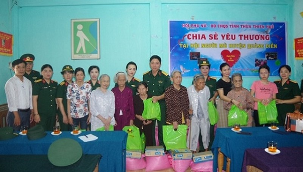 Bộ chỉ huy quân sự tỉnh Thừa Thiên Huế tặng quà các gia đình có hoàn cảnh khó khăn