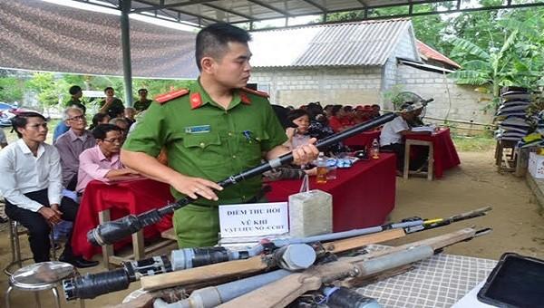 Sau thời gian vận động và tuyên truyền, người dân đã tự nguyện giao nộp 07 súng hơi tự chế và 01 kg thuốc nổ.