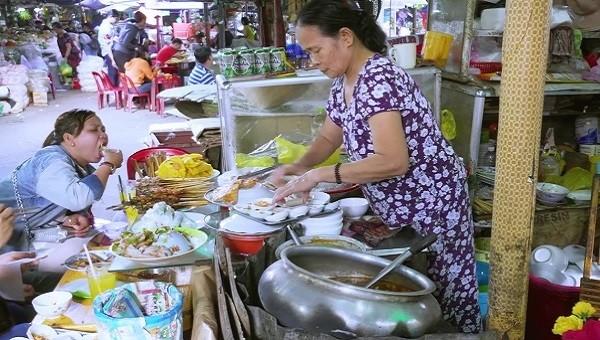 Nhiều người bán hàng không mang bao tay khi chuẩn bị đồ ăn cho khách.