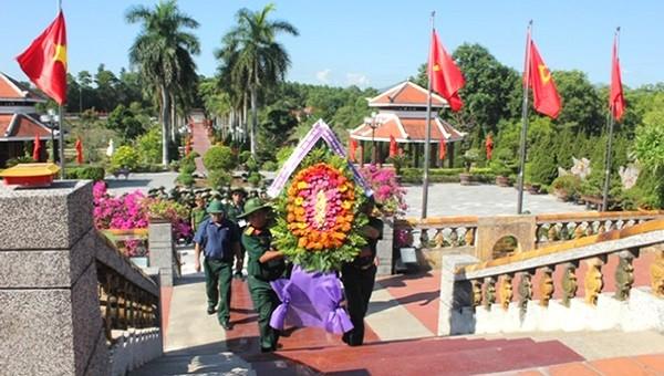 Dâng hoa tại nghĩ trang liệt sĩ Hương Điền, huyện Phong Điền.