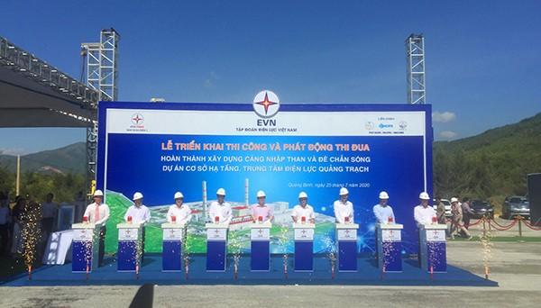 Đại diện các đơn vị bấm nút triển khai thi công Cảng nhập than và đê chắn sóng Dự án cơ sở hạ tầng Trung tâm nhiệt điện Quảng Trạch (Quảng Bình)