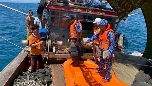 Lực lượng Chi Cục Kiểm ngư vùng I phối hợp với lực lượng Cảnh sát biển kiểm tra tàu cá tại khu vực biển tỉnh Quảng Bình.
